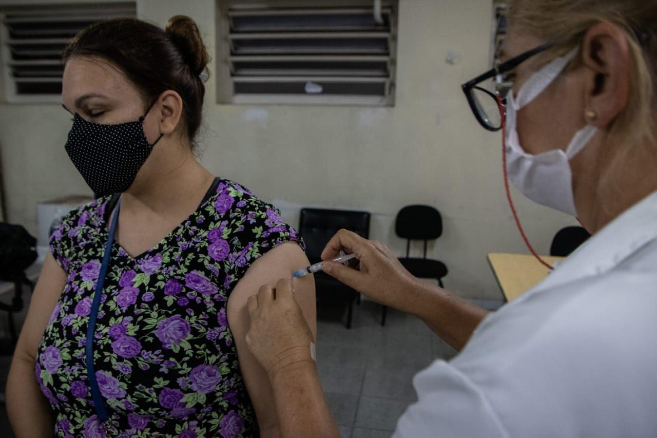 São Leopoldo foi o primeiro municipio gaúcho a vacinar professores e demais profissionais da aeducação com imunizantes remanecentes