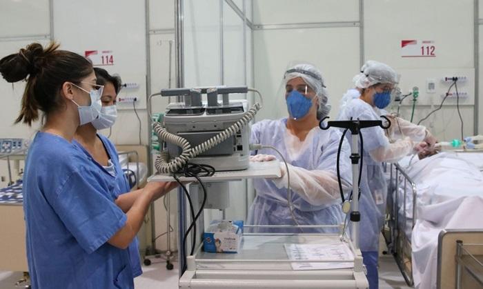 Treinamento de médicos no hospital de campanha de Ibirapuera: saúde registrou crescimento de quase 76% no número de óbitos de profissionais