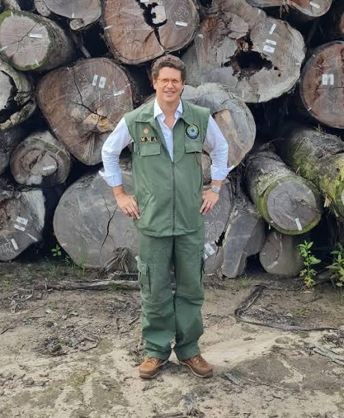 Salles posa junto a toras de madeiras apreendidas que prometeu liberar a empresários no Pará