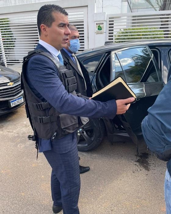 O deputado Luis Miranda chegou ao Senado pouco depois das 14h, com colete a prova de balas e uma bíblia na mão