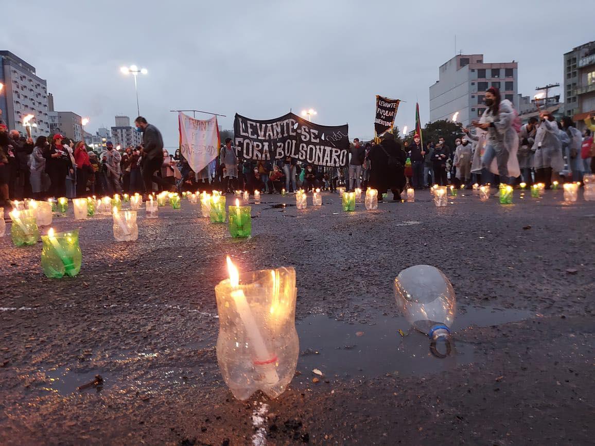 """Manifestações iniciadas no sábado, 19, o #19J, além de homegear as vítimas cobram """"vacina no braço e comida na mesa"""""""