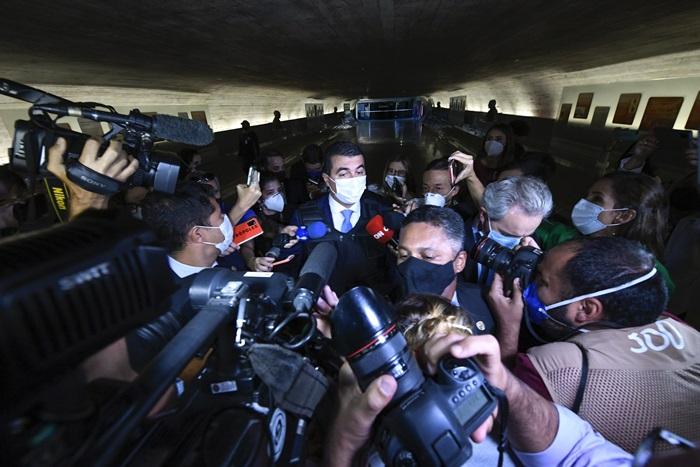 O deputado bolsonarista Luis Miranda chega à CPI e desembarca do governo:
