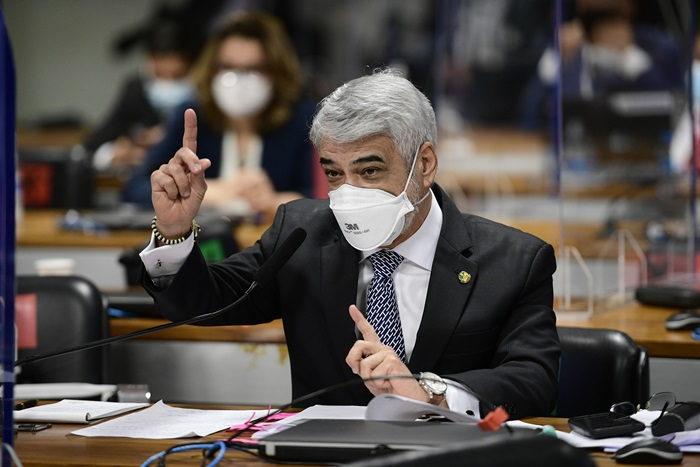 """Em pronunciamento, o senador Humberto Costa (PT-PE) cobra investigação da empresa Precisa, que classificou como """"queridinha"""" do governo, e da atuação da servidora que deu aval à importação da vacina Covaxin"""