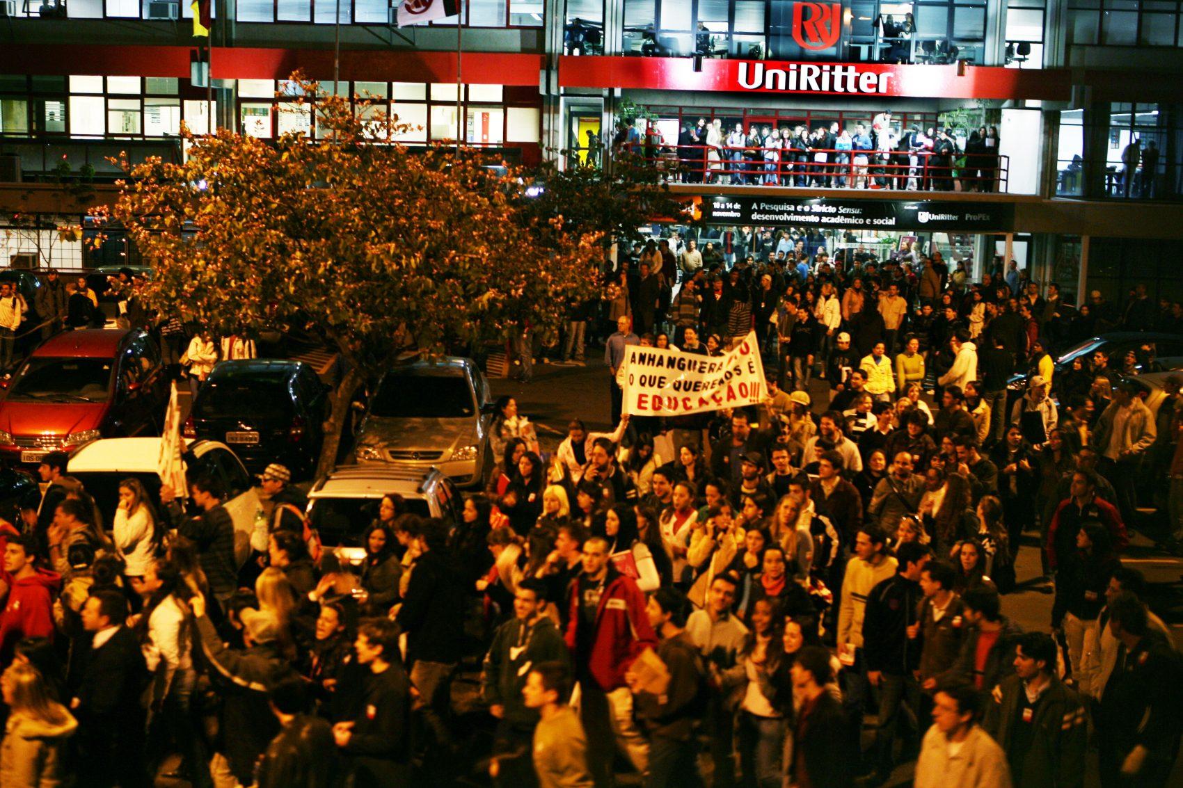 Em setembro de 2008, quando a UniRitter estava prestes a ser negociado com o Grupo Anhanguera, sindicatos, professores e estudantes protestaram contra a venda e a transação foi interrompida