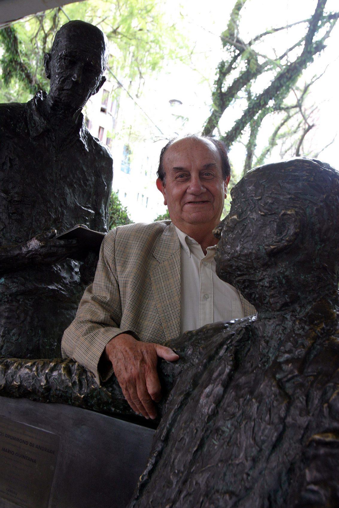 Em 2003, Galvani divertia-se entre Drummond e Quintana, na Praça da Alfândega durante entrevista