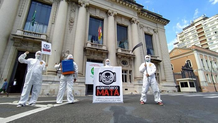 Manifestação da Frente Cidadã Contra os Agrotóxicos em frente ao Palácio Piratini, em 15 de dezembro de 2020, quando o governo enviou o PL do veneno para a Assembleia