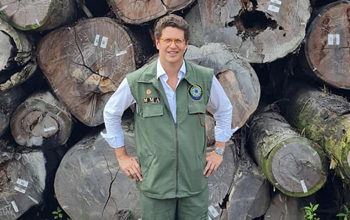Salles posou junto a toras apreendidas pela PF após se reunir com madeireiros suspeitos de crime ambiental