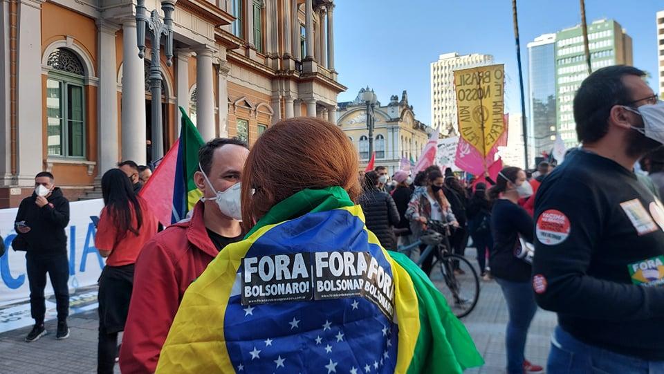 Aos poucos o verde e amarelo, que foi símbolo das Diretas e mais recentemente estava associado aos movimentos de direita, volta a disputar espaço nas ruas por democracia