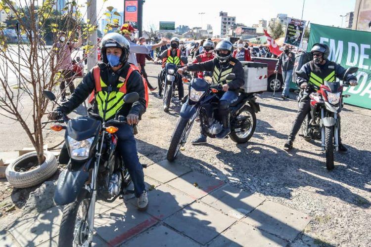 As quentinhas produzidas no Simpa foram levadas por motoboys a moradores em situação de rua no centro da Capital. Cada entregador recebeu uma cesta básica de alimentos