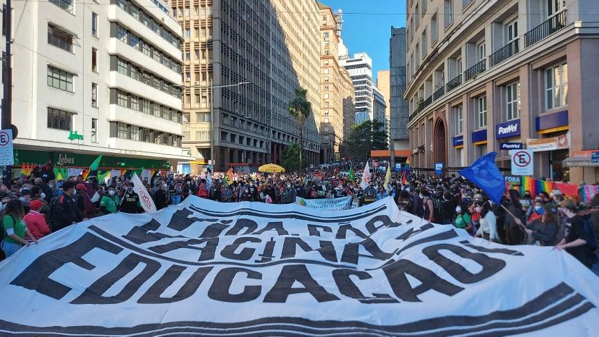 Organizadores estimam cerca de 50 mil no Centro Histórico de Porto Alegre