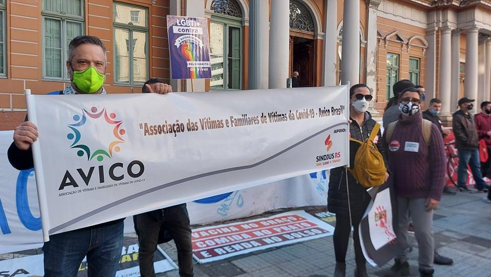 Gustavo Bernardes (à esquerda), presidente da Associação de Vítimas e Familiares de Vítimas da Covid-19 (Avico),