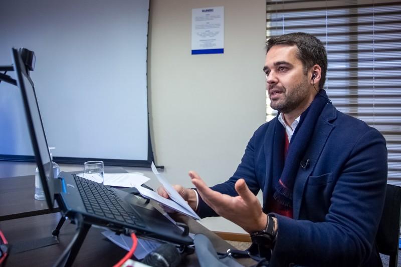 O governador Eduardo Leite teria autorizado R$ 43 milhões em contratos com assessorias e escritórios de advocacia sem licitação