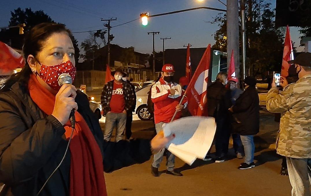 O Sindicato das Sapateiras e Sapateiros, durante protesto em frente à fábrica cançadista Zenglein & Cia Ltda, em Novo Hamburgo