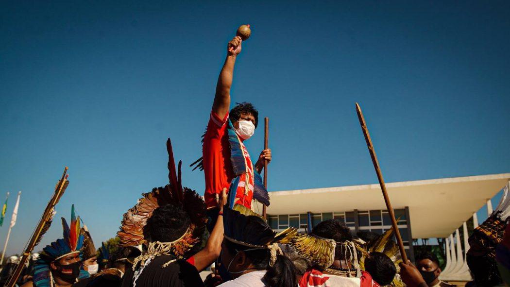 Em Brasília, lideranças indígenas acompanharam sessão do STF do lado de fora e avisam que se manterão mobilizados em agosto