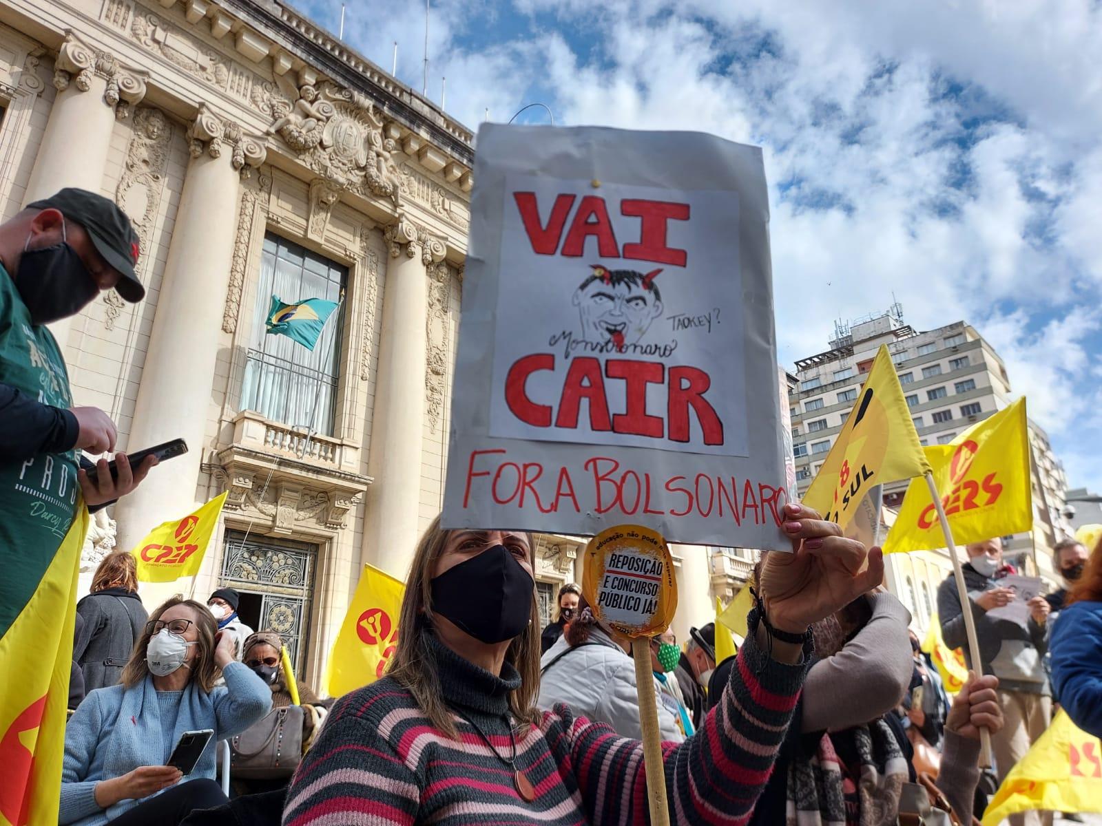Professores estaduais protestam em frente ao Piratini por reposição salarial