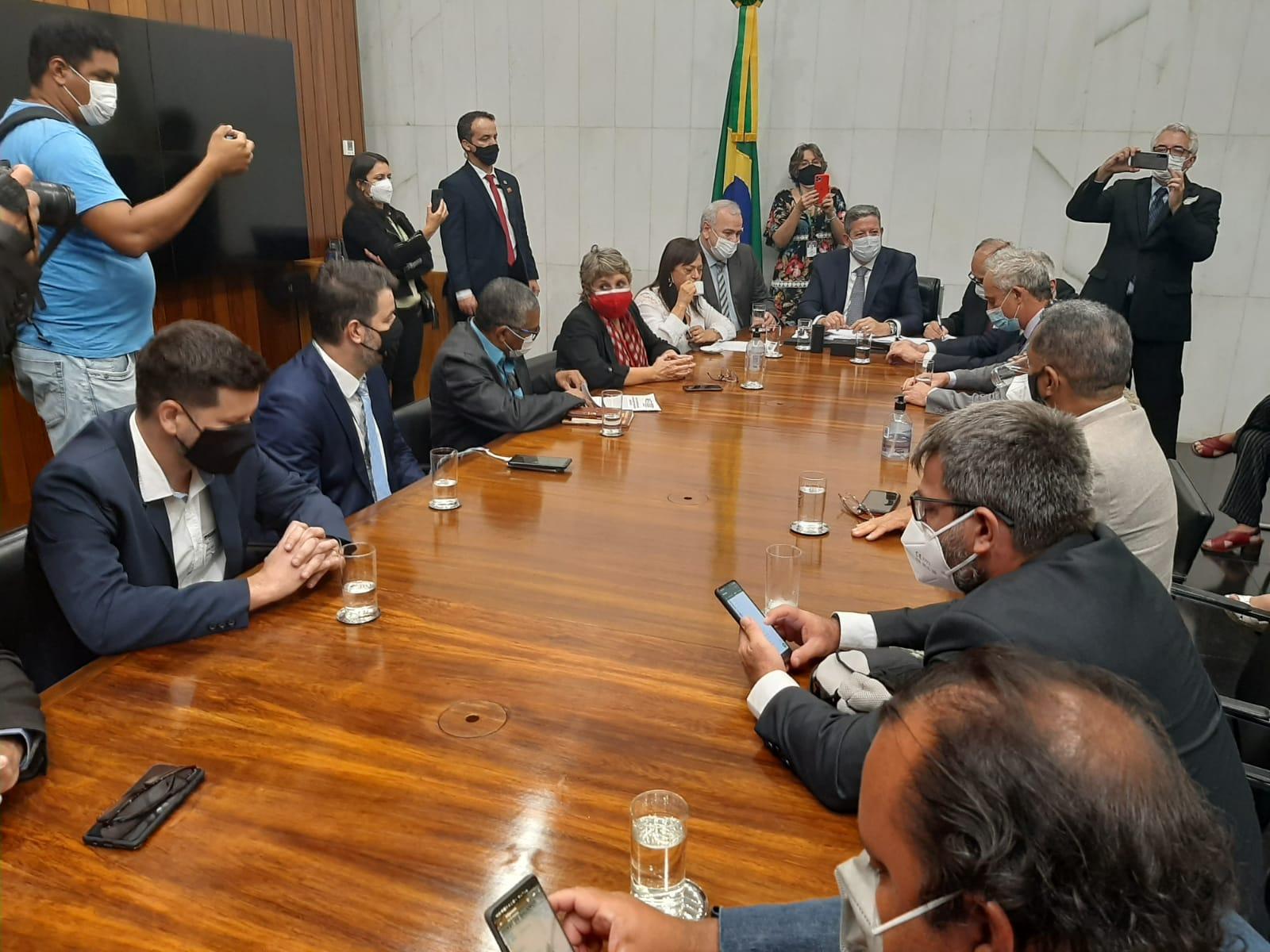 Representantes das centrais sindicais pressionaram o presidente da Câmara dos Deputados, Arthur Lira, a retirar a PEC 32 durante audiência em Brasília