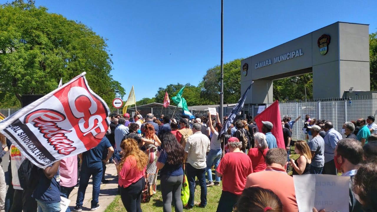 Dezenas de manifestantes se reuníram wm frente à Câmara Municipal contra grupos extremistas de direita que fizeram apologia ao nazismo e ao racismo na semana passada