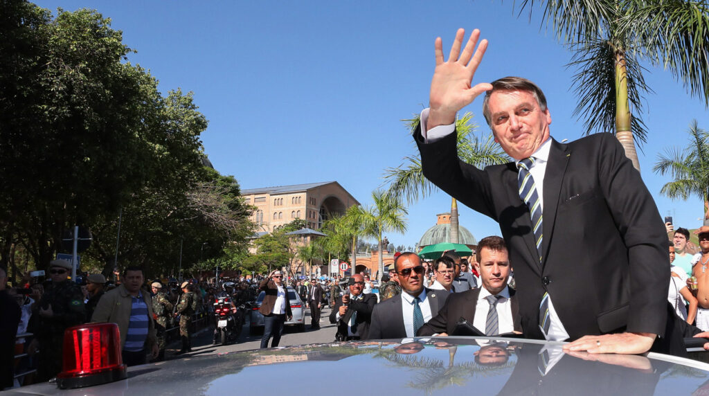 """Bolsonaro, segundo os religiosos, """"profana a fé no Deus da vida fazendo uso dela para meros fins politiqueiros e vilipendia o Evangelho de Jesus de Nazaré"""