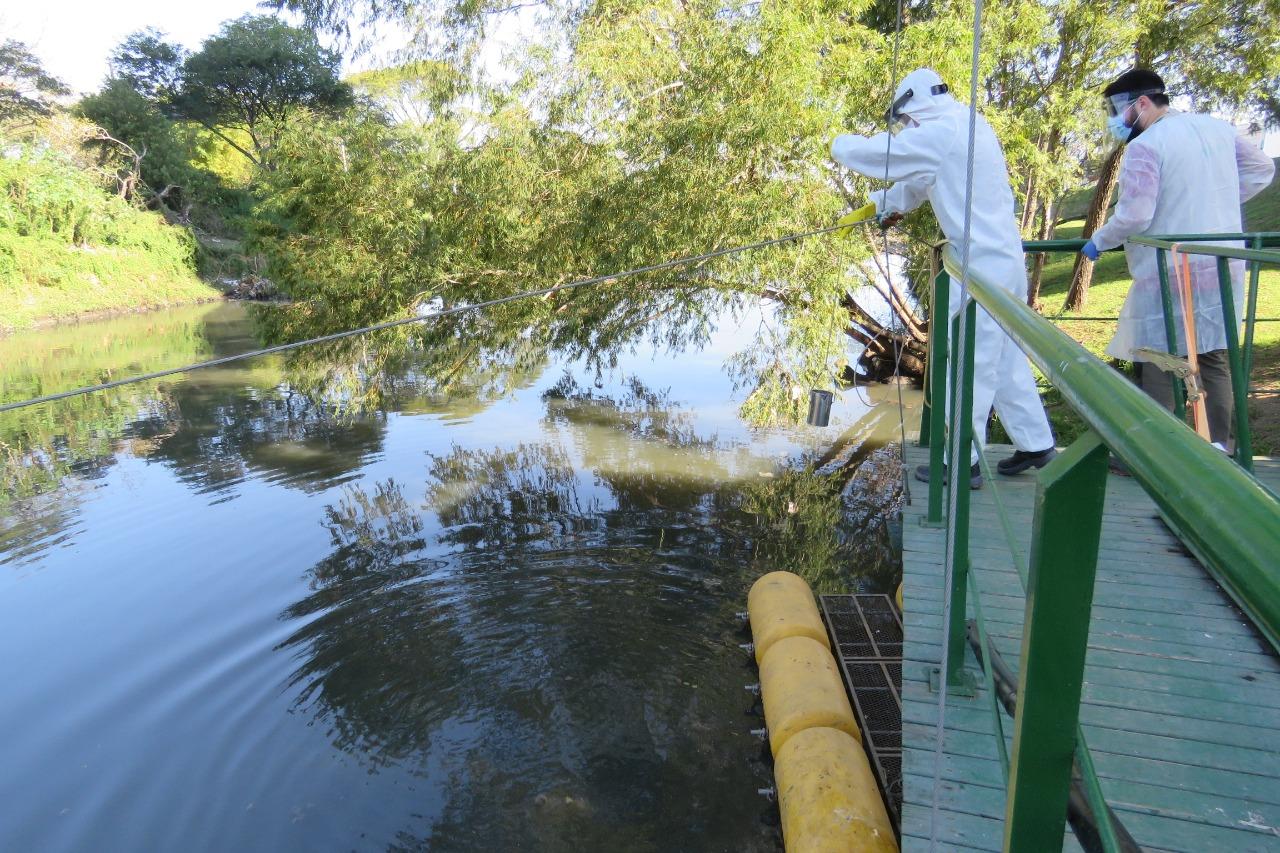 Coleta de água em Porto Alegre para aferição de qualidade